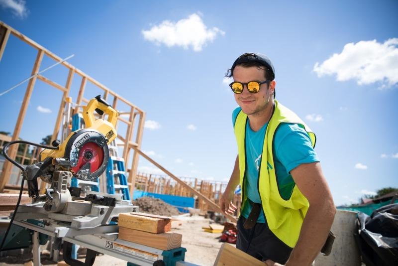 Zimmerer bei der arbeit  Work & Travel Australien: Jobs für Tischler & Zimmerer